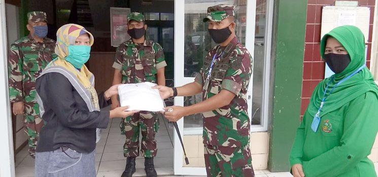 Bersama Lawan Korona Kodim 0610 Sumedang Bagikan Masker dan Berikan APD ke Puskesmas Sukamantri