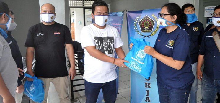 PWI Kota Bandung Bersama SMSI Jawa Barat Bagikan Ratusan Paket Sembako 2