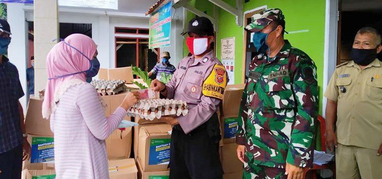 Aparat Polres Sumedang Bantu Penyaluran Bantuan Covid 19 di Tanjungkerta