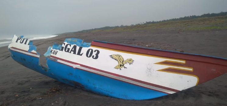 Perahu Nelayan di Pantai Jayanti Terbalik Sidiq