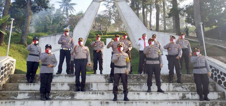 Hari Bhayangkara Ke 74 Kapolres Sumedang Ziarah ke Makam Pahlawan