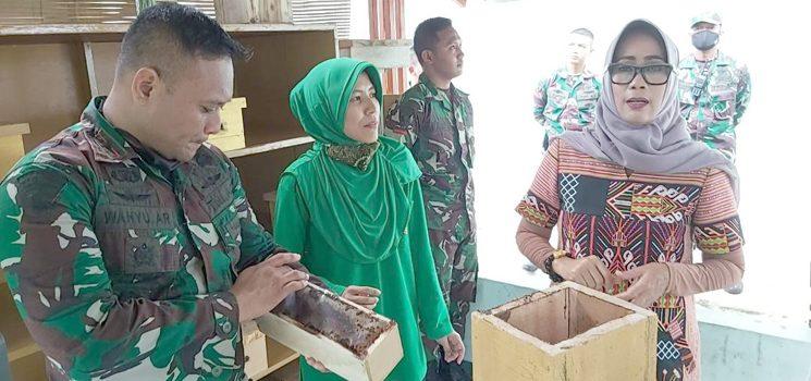 Ketua Persit KCK Koorcab Rem 062 Tinjau Budidaya Lebah Trigona di Yonif R 301PKS