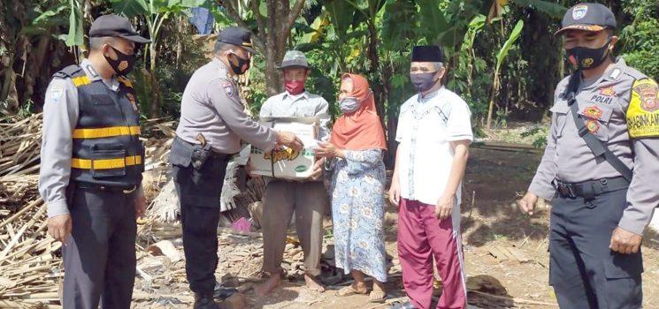 Kapolres Sumedang Bantu Warga Dusun Cinangka yang Rumahnya Roboh