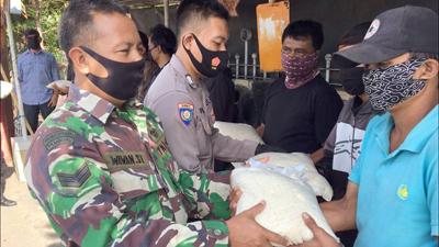Kepolisian Jatinangor Bagikan Sembako ke Sejumlah Tukang Ojek 1