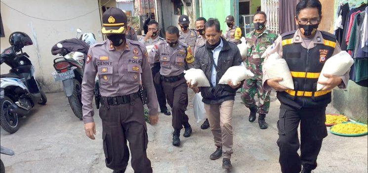 Kepolisian Jatinangor Bagikan Sembako ke Sejumlah Tukang Ojek 2