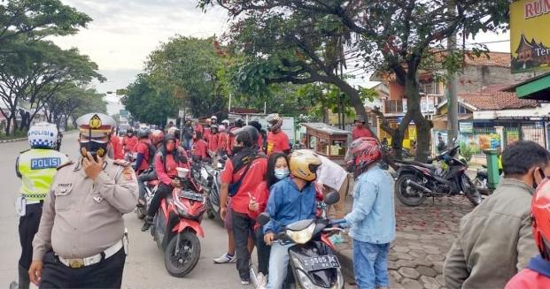 Polres Sumedang Lakukan Pengawalan Ratusan Buruh yang Akan Berunjuk Rasa