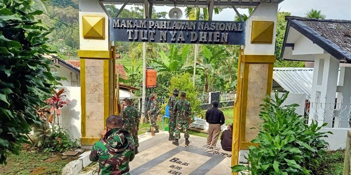 Sambut Pejiarah 25 Prajurit Yonif Raider 301 PKS Beberesih Makam Cut Nyak Dien