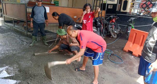 Sebabkan Banjir Polsek Jatinangor Lakukan Pembongkaran Paksa Drainase Disekitar Mako