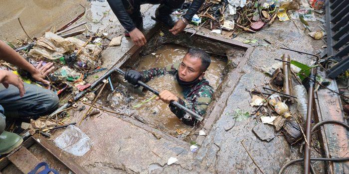 Serka Eri Satgas Citarum Harum Menyelam Angkut Sampah yang Menyumbat Saluran Air 3
