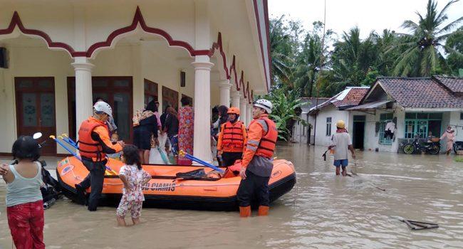 Tim Rescue Pos SAR Tasikmalaya Siaga Dilokasi Banjir Wilayah Ciamis