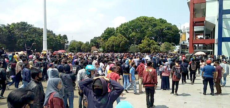 Tolak Omnibus Law Ribuan Buruh dan Mahasiswa Sukabumi Berorasi di Lapang Merdeka