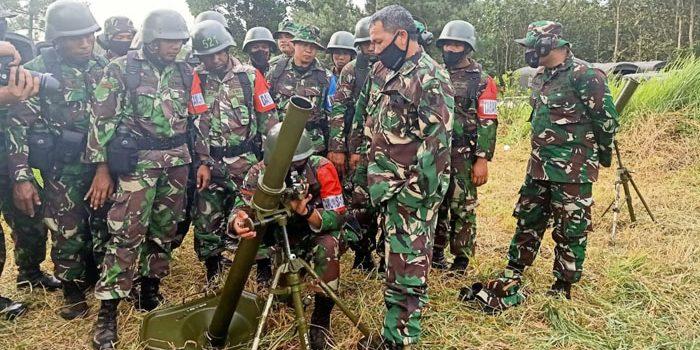 90 Prajurit Yonif R 301 PKS Ikuti Latihan Penggunaan Senjata Kaliber Besar