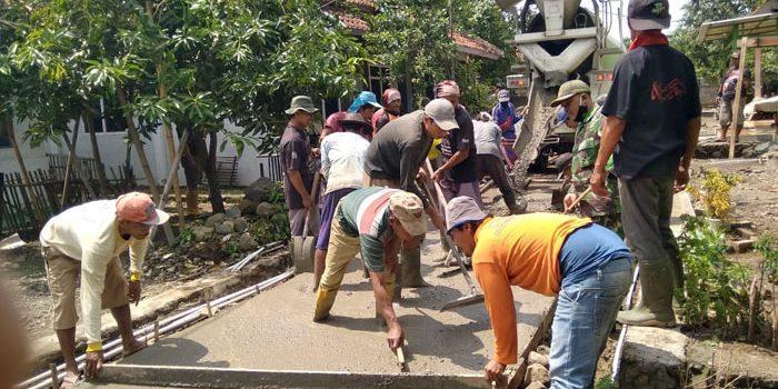Babinsa Koramil 1009 Tomo bersama Warga Karya Bhakti Pengecoran Jalan di Dusun Pande