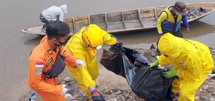 Meninggal Dunia Tim SAR Gabungan Akhirnya Temukan Anak Tenggelam di Sungai Citarum