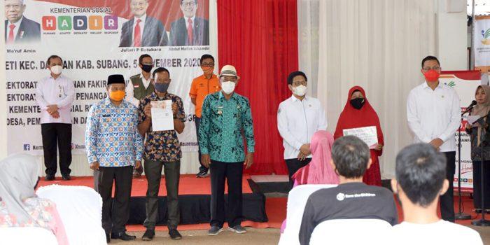 Menteri Sosial Menteri PDTT dan Dirut Pos Indonesia Tinjau Penyaluran BST Tahap 8 di Subang 3