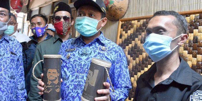 Sapa Warga Sumedang Bupati Tinjau Pengrajin Batok Kelapa di Dusun Cimuruy