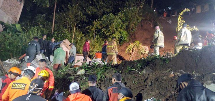 3 Orang Berhasil Diselamatkan Dedi Masih Dicari Tim SAR yang Tertimbun Longsor di Desa Jayagiri 2