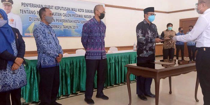 Achmad Fahmi Serahkan SK Pengangkatan Bagi 114 CPNS di Lingkungan Pemkot Sukabumi