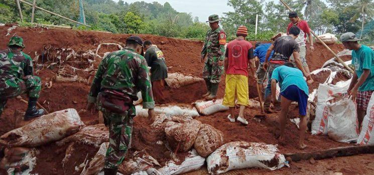 Babinsa Desa Cinangsi Bersama Warga Perbaiki TPT yang Jebol di Dusun Cikeusi