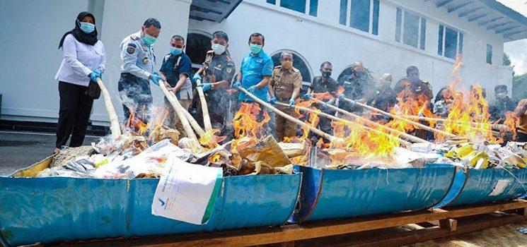 PWI Kota Bandung Turut Andil Kejari Musnahkan Sejumlah Barang Bukti hasil Kejahatan 1