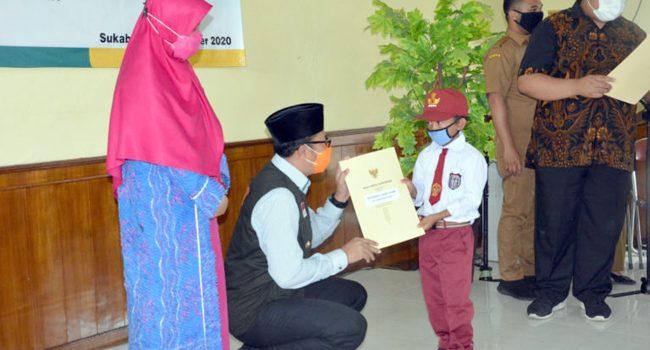 Pemkot Sukabumi Bagikan Kartu Cerdas untuk Pelajar SD dan SMP