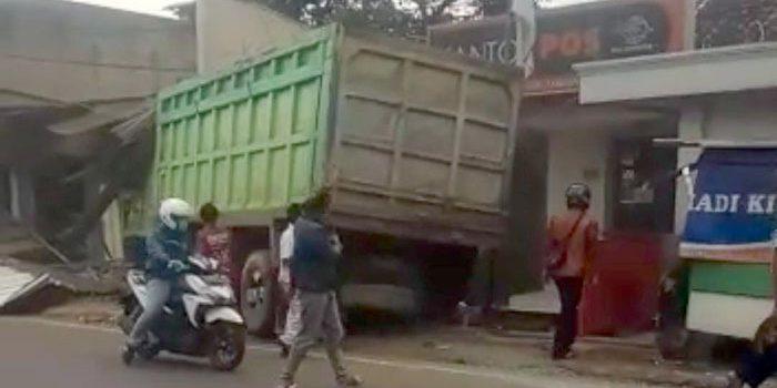 Satu Meninggal 2 Luka Berat dan 1 Luka Ringan Ditabrak Fuso di Jalan Raya Bandung Cirebon