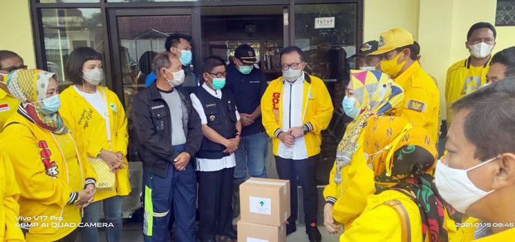 DPD Golkar Jabar Salurkan Ratusan Paket Sembako ke Korban Banjir dan Longsor di Cimanggung dan Jatinangor
