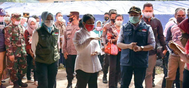 Didampingi Bupati Sumedang Menteri PPPA Temui Korban Tanah Longsor Desa Cihanjuang Copy