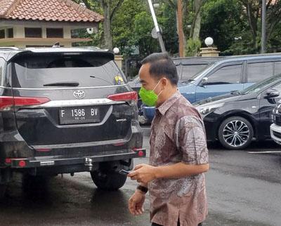 Kadisdukcapil Tatang Muchtar berjalan kaki memasuki area gedung sidang PN Tipikor Bandung Jalan LL RE Martadinata 07012020. FOTO DRY
