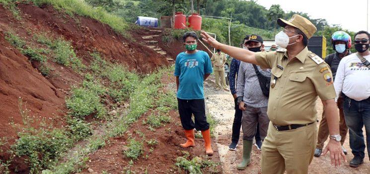 Wakil Bupati Sumedang Beserta Fokopimcam Jatinangor Tinjau Tanah Longsor dan Banjir Lumpur di Dusun Calamkuning