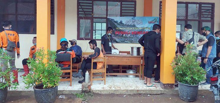 Yayasan Rumah Sedekah Mustika Bantu Dapur Umum di Posko Utama Penanggulangan Bencana Longsor Cimanggung