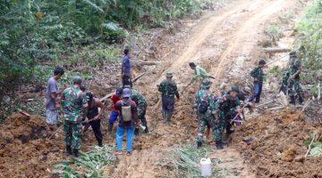 Semangat Membara Warga Bersama TNI Terus Bekerja Tak Peduli Panas dan Hujan di Pra TMMD Ke 110 Kodim 1206 PSB 1