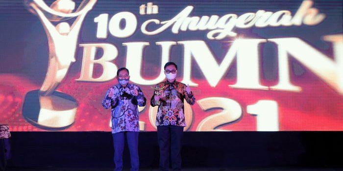 Dirut Pos Indonesia Raih CEO BUMN Terbaik Driving Transformation 2021