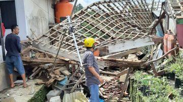 Komisi D DPRD Kab Bandung Tinjau Lokasi Bencana Anging Puting Beliung di Desa Mekarsaluyu