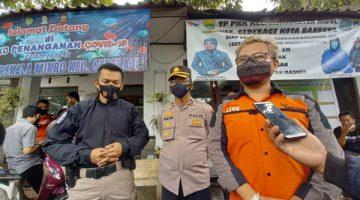 Tim Prabu Polrestabes Bandung dan Zamedia berkolaborasi dalam aksi sosial pembagian sembako dengan mengunjungi dan memberikan bantuan langsung kepada masyarakat sekitar di Mapolrestabes Bandung