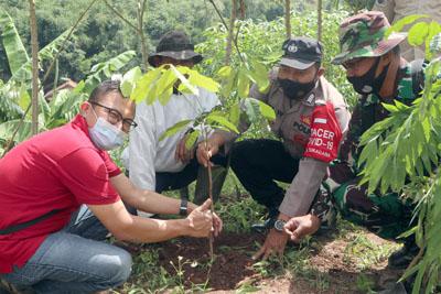 CCEP Indonesia Pabrik Sumedang Bersama Pemdes Sukadana Lakukan Penanaman 1.500 Bibit Pohon 1