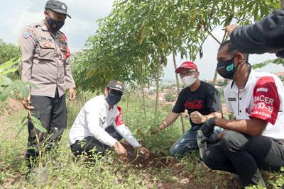 CCEP Indonesia Pabrik Sumedang Bersama Pemdes Sukadana Lakukan Penanaman 1.500 Bibit Pohon 2