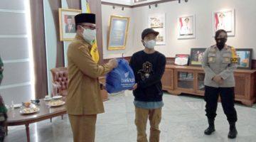 PPKM Darurat Pemkot Sukabumi Salurkan Bantuan 400 Paket Sembako Kepada Warga