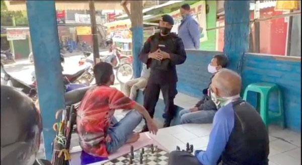 Warga Jatinangor Dihimbau Terapkan Prokes Anggota Brimob Jabar